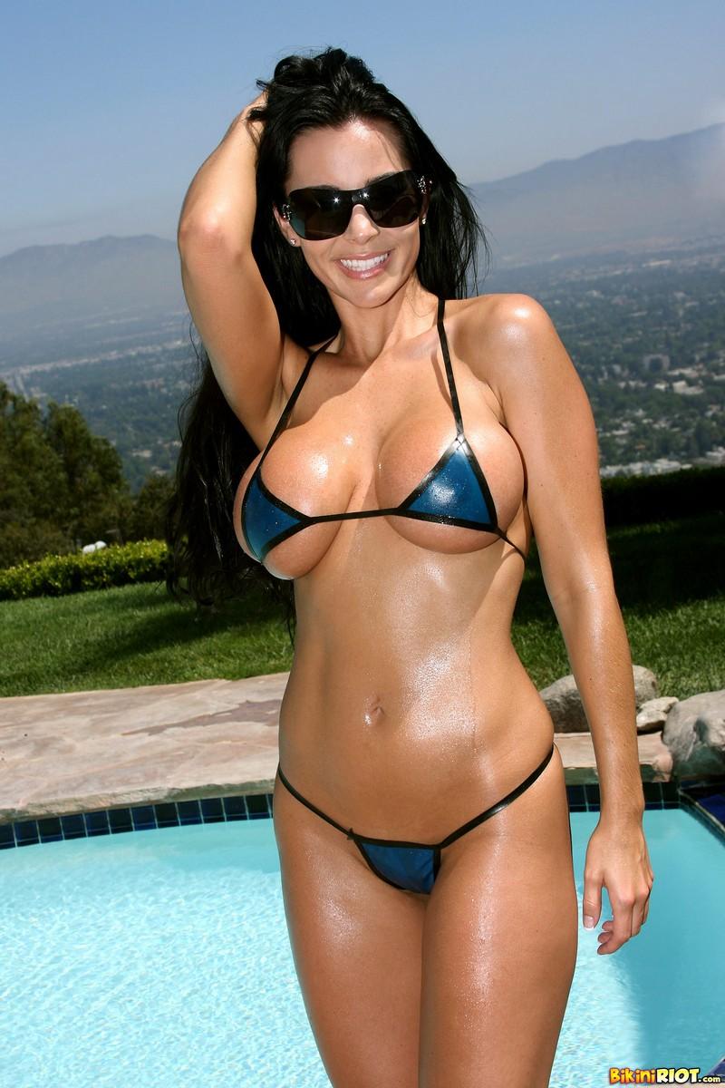 Life on marbs lauren vyner flaunts sizzling figure in string bikini in marbella