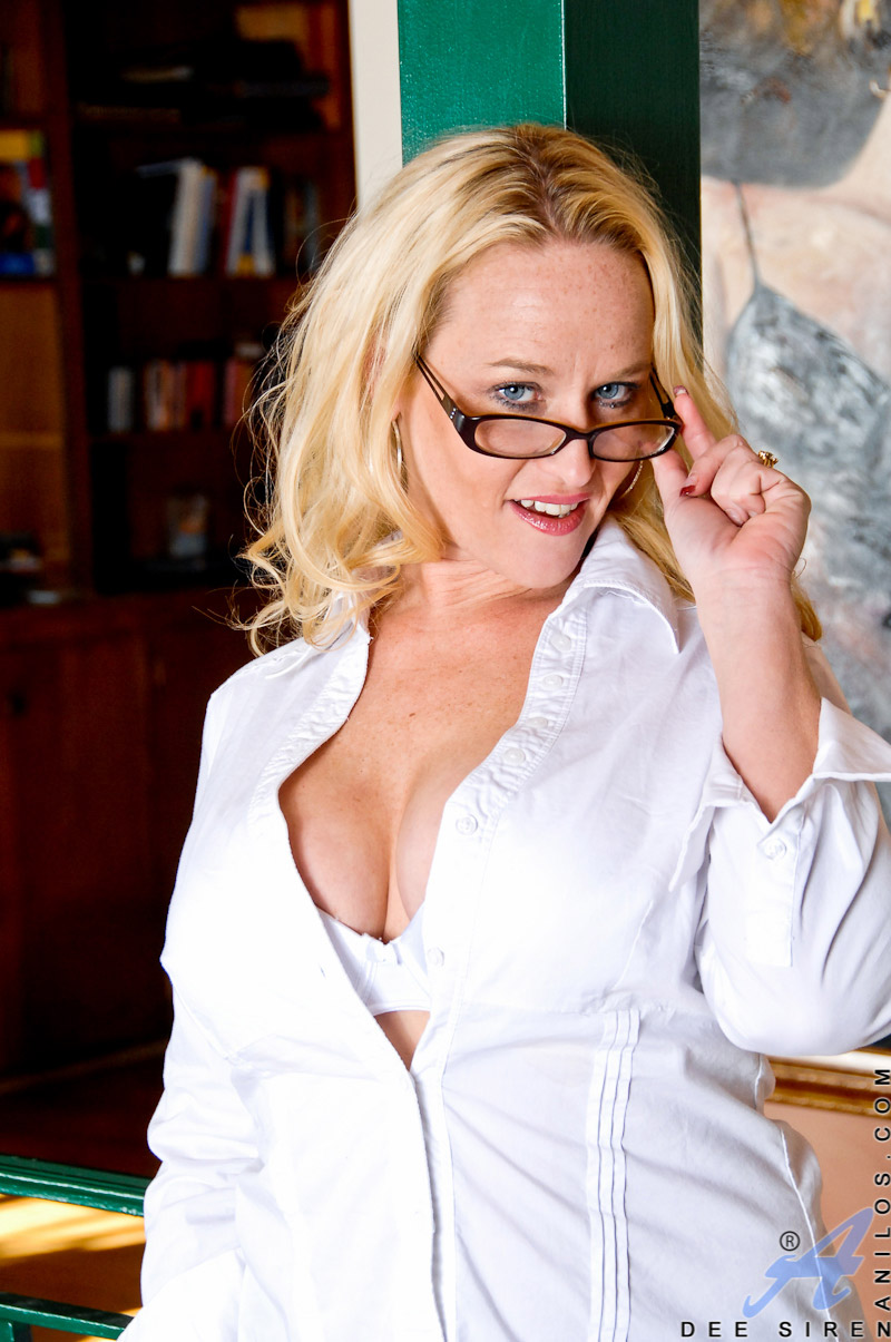 Dee Siren Busty Mature Blonde in Stockings